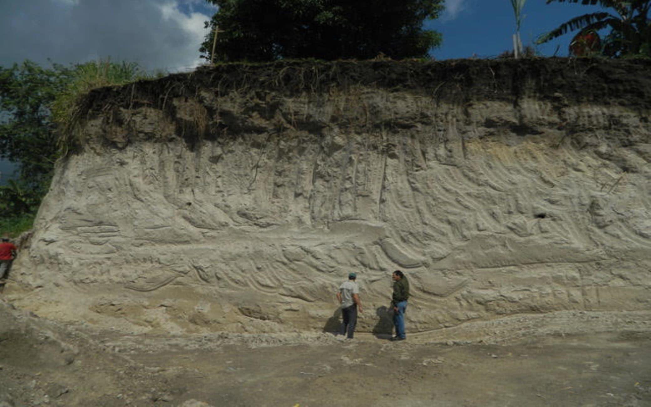 Spessi depositi di circa 4 metri dei flussi piroclastici della Tierra Blanca Joven in un sito localizzato 30 km a ovest rispetto al cratere del vulcano. Questi velocissimi flussi di gas e materiale incandescente hanno ricoperto e distrutto il territorio circostante in un raggio di 40 km. Ph.: Dr. Dario Pedrazzi