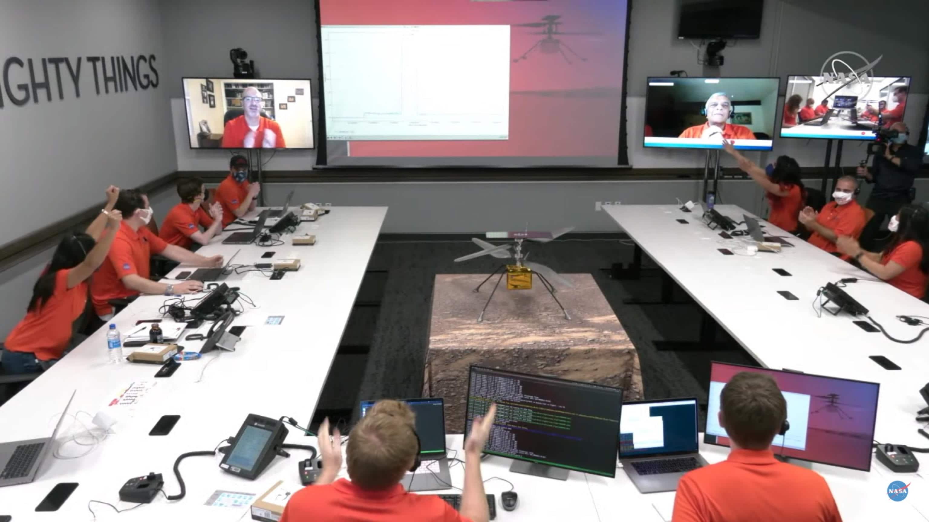 Il team della Nasa che ha seguito il volo di Ingenuity festeggia dopo il successo della missione (Foto tratta da uno screen del video pubblicato su Twitter dalla Nasa)