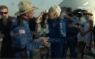 Jeff Bezos con cappello texano dopo il volo
