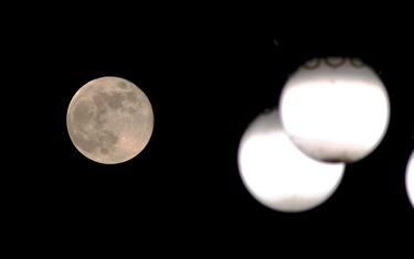 Milano, Luna piena di Maggio al tempo di coronavirus (Milano - 2020-05-08, Maurizio Maule) p.s. la foto e' utilizzabile nel rispetto del contesto in cui e' stata scattata, e senza intento diffamatorio del decoro delle persone rappresentate