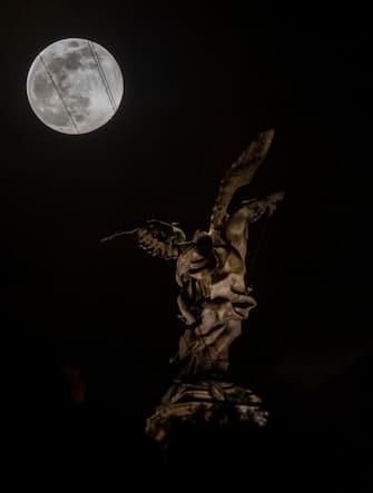 Supermoon shines over Castel Sant'Angelo in Rome, 7 April 2020. ANSA/CLAUDIO PERI