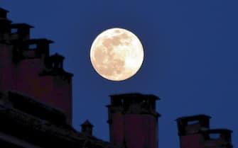 Milano,Luna piena gigante vista da Milano, al tempo del coronavirus (Milano - 2020-04-07, Maurizio Maule) p.s. la foto e' utilizzabile nel rispetto del contesto in cui e' stata scattata, e senza intento diffamatorio del decoro delle persone rappresentate
