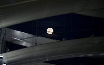 EXPO 2015; La Luna Piena, Luna Blu nel sito Expo (Milano - 2015-08-01, Nicola Marfisi) p.s. la foto e' utilizzabile nel rispetto del contesto in cui e' stata scattata, e senza intento diffamatorio del decoro delle persone rappresentate