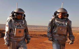 """Due """"astronauti"""" durante una simulazione di una missione su Marte, nel deserto del Negev"""