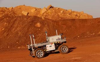 Un rover durante la simulazione di una missione su Marte, nel deserto del Negev, in Israele