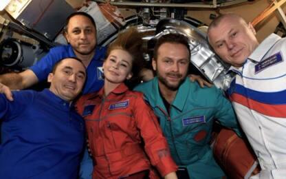 Girato il primo film nello spazio, la troupe russa torna sulla Terra