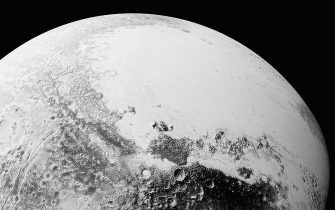 his synthetic perspective view of Pluto, based on the latest high-resolution images to be downlinked from NASA?s New Horizons spacecraft, shows what you would see if you were approximately 1,100 miles (1,800 kilometers) above Pluto?s equatorial area, looking northeast over the dark, cratered, informally named Cthulhu Regio toward the bright, smooth, expanse of icy plains informally called Sputnik Planum. The entire expanse of terrain seen in this image is 1,100 miles (1,800 kilometers) across. The images were taken as New Horizons flew past Pluto on July 14, 2015, from a distance of 50,000 miles (80,000 kilometers). ANSA/ NASA/Johns Hopkins University Applied Physics Laboratory/Southwest Research Institute +++ ANSA PROVIDES ACCESS TO THIS HANDOUT PHOTO TO BE USED SOLELY TO ILLUSTRATE NEWS REPORTING OR COMMENTARY ON THE FACTS OR EVENTS DEPICTED IN THIS IMAGE; NO ARCHIVING; NO LICENSING +++