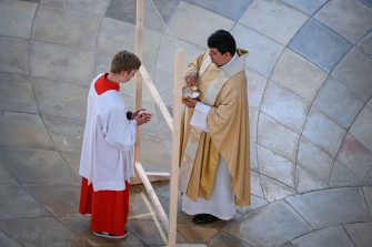 10 May 2020, Baden-Wuerttemberg, Weingarten: An altar boy is presented with a host at the service by Pastor Marco Rodriguez Rivas (r). A plexiglass pane is supposed to protect against a possible infection with the novel corronavirus. For the first time after several weeks of absence during the Corona crisis, believers were able to participate in a service in the Basilica again. Every second pew was corded off, so that safety distances were maintained. Only a limited number of visitors were also allowed. Photo: Felix K (Felix K?stle / IPA/Fotogramma, Weingarten - 2020-05-10) p.s. la foto e' utilizzabile nel rispetto del contesto in cui e' stata scattata, e senza intento diffamatorio del decoro delle persone rappresentate