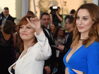 Actors Susan Sarandon (L) and Eva Amurri attend the 22nd Annual Screen Actors Guild Awards at The Shrine Auditorium on January 30, 2016 in Los Angeles, California. AFP PHOTO / MARK RALSTON / AFP / MARK RALSTON        (Photo credit should read MARK RALSTON/AFP via Getty Images)