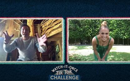 Jimmy Fallon sfida Jennifer Lopez in una gara di ballo. VIDEO