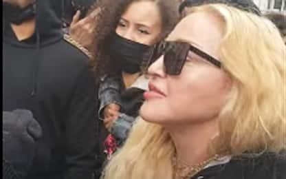 Black Lives Matter, Madonna partecipa alle proteste con le stampelle
