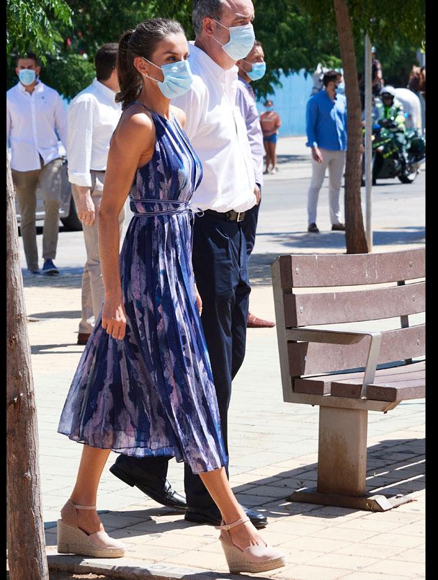La regina Letizia di Spagna indossa un abito low cost firmato Adolfo Dominguez