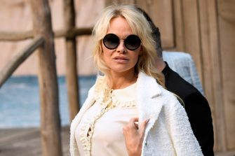 US-Canadian actress Pamela Anderson arrives for the Chanel Spring-Summer 2019 Ready-to-Wear collection fashion show at the Grand Palais in Paris, on October 2, 2018. (Photo by Bertrand GUAY / AFP)        (Photo credit should read BERTRAND GUAY/AFP via Getty Images)