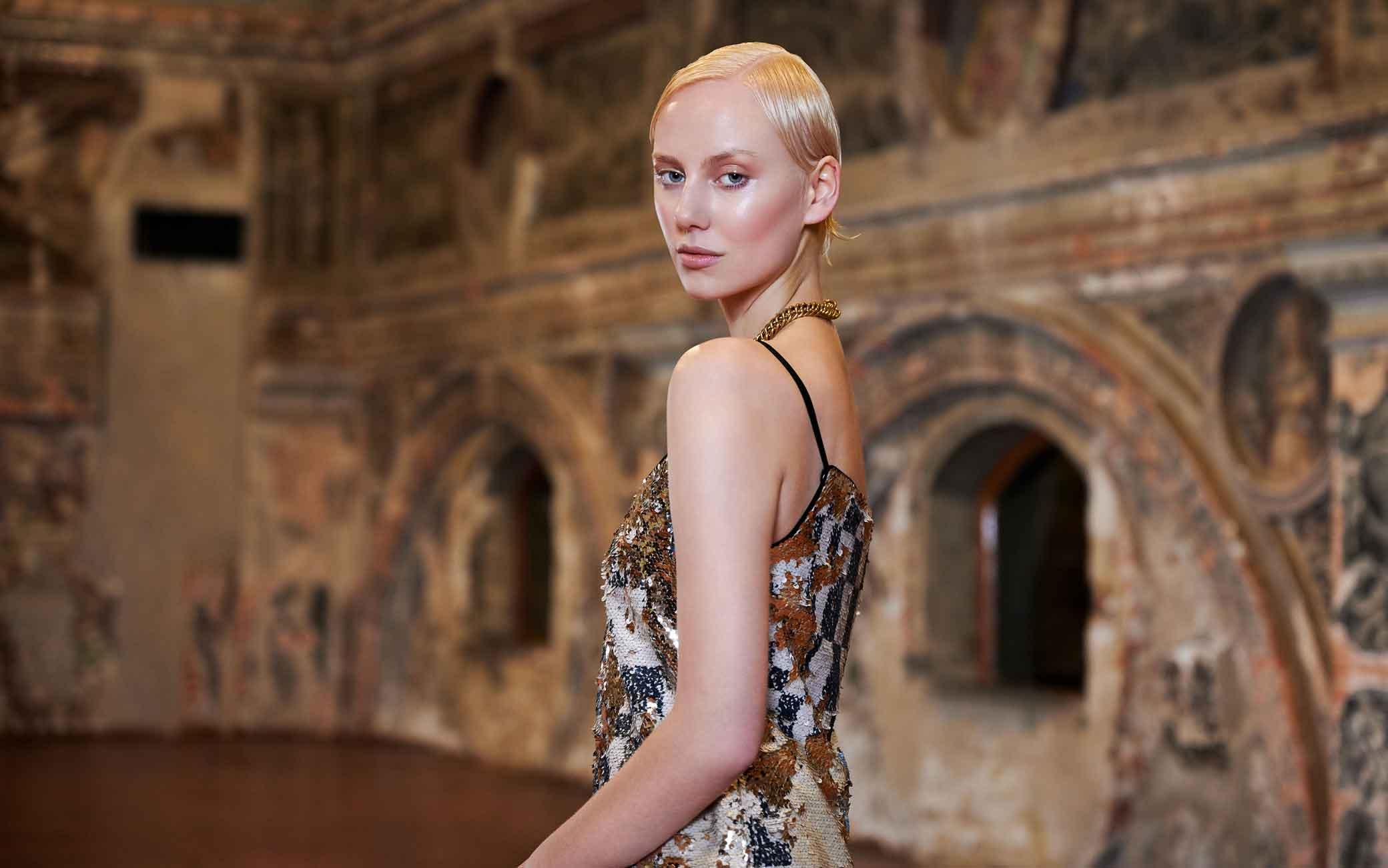 Moda capelli, acconciature per l'estate: semplicità e accessori