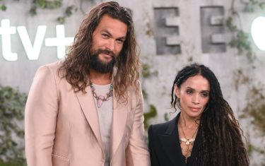 """US actor Jason Momoa and his wife US actress Lisa Bonet arrive for Apple TV+ world premiere of """"SEE"""" at the Fox Regency Village Theater in Los Angeles on October 21, 2019. (Photo by Nick Agro / AFP) (Photo by NICK AGRO/AFP via Getty Images)"""