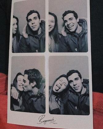 """(KIKA) - MILANO - """"E il tempo si ferma"""".Con questa frase e con due foto postate sui social, lo scorso marzo Aurora Ramazzotti ufficializzava la storia d'amore con un aitante giovanotto del quale oggi è più innamorata che mai. Sì, perché la figlia di Eros Ramazzotti e Michelle Hunziker e il fortunato, tale Goffredo Cerza- romano, studente di ingegneria a Londra -, continuano ad apparire insieme sul profilo Instagram di lei tra sguardi carichi di dolcezza, coccole e soprattutto tanti baci.SFOGLIA LA GALLERY[galleria]L'ultimo scatto dei due piccioncini risale a qualche ora fa: """"Home is wherever I'm with you"""" (""""La casa è ovunque sono insieme a te""""), ha scritto la Ramazzotti a corredo di una foto in bianco e nero che la ritrae mentre ridein braccio al suo Goffredo che le prende le mani stringendole teneramentele braccia intorno al petto.GUARDA ANCHE: Aurora col fidanzato e la migliore amica, cosa chiedere di più?COMPLEANNO HUNZIKER: ECCO IL DUETTO MICHELLE-AURORA[video mp4=http://www.kikapress.com/kikavideo/mp4/kikavideo_195357.mp4 id=195357]"""