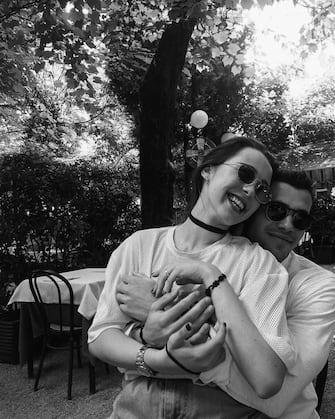 """(KIKA) - MILANO - Aurora Ramazzotti sta passando un'estate da sogno. La conduttrice della fascia pomeridiana di X-Factor ha dichiarato che sta vivendo il primo amore e il fortunato è Goffredo Cerza, aspirante ingegnere che studia a Londra.A dimostrazione della forte passione che lega i due, ovviamente ci sono decine di foto e video postate sui rispettivi profili Instagram. Sullo sfondo, il tramonto e il mare di Mykonos, dove Aurora e Goffredo stanno passando le vacanze insieme a papà Eros Ramazzotti, Marica Pellegrinelli e i fratellini Gabrio Tullio e Raffaella Maria.Il loro forte legame che va avanti da molti mesi è anche diventato ufficiale e il giovane ha un bel rapporto con Eros Ramazzotti e Michelle Hunziker. Tanti infatti sono gli scatti social che lo ritraggono insieme ai due artisti. Aurora ha parlato del suo amore in un'intervista con Fabiola Sciabbarrasi, seconda ex moglie di Pino Daniele e mamma di Sara, la sua migliore amica. """"Tu sai che io e Goffredo ci siamo conosciuti proprio grazie a tua figlia Sara, lui era un suo amico - racconta - Con Goffredo non è stato un colpo di fulmine: lo vedevo bello ma non pensavo a una storia tra noi"""". Poi la scintilla è scoccata e il giovane dal fisico scultoreo ha fatto breccia nel cuore della bella conduttrice: """"Ora invece trovo magica la totale complicità che ci lega e che non ho mai vissuto con nessun altro prima. Goffredo per me è la prima vera, grande, storia d'amore. Stiamo crescendo insieme e sento che sto cambiando, sto capendo molte cose. à così che succede: quando l'amore è quello giusto stai bene, è tutto semplice""""."""