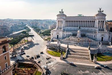 Roma, immerge i piedi nella fontana di piazza Venezia: multata turista