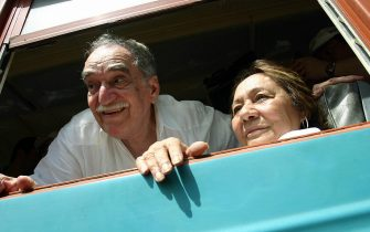 Santa Marta, COLOMBIA: Colombian Nobel Prize for Literature 1982 Gabriel Garcia Marquez (L) and his wife Mercedes Barcha lean out of the window of the train they are taking to got to his hometown Aracataca 30 May, 2007 in Santa Marta, Colombia. Garcia Marquez didn't visit Aracataca in twenty years.  AFP PHOTO/ Alejandra VEGA (Photo credit should read ALEJANDRA VEGA/AFP via Getty Images)