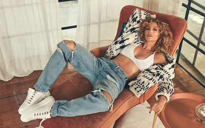 Jennifer Lopez posa dentro casa per lanciare la sua linea di scarpe