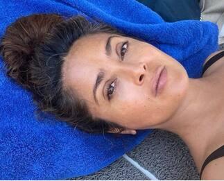 Salma Hayek, bella anche senza trucco e con capelli grigi