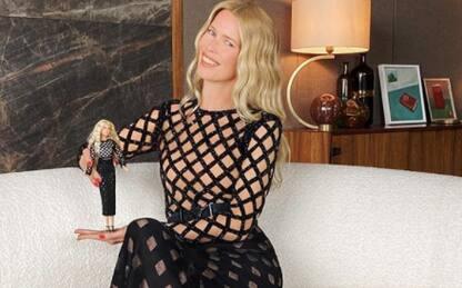 Claudia Schiffer diventa una Barbie per i suoi 50 anni