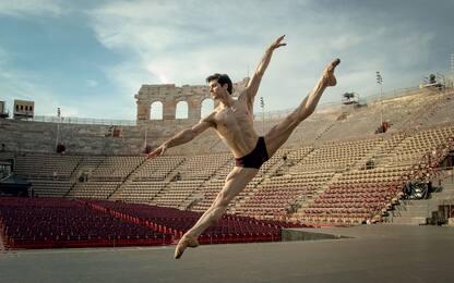 """Roberto Bolle, """"Parole che danzano"""" è il suo nuovo libro. FOTO"""
