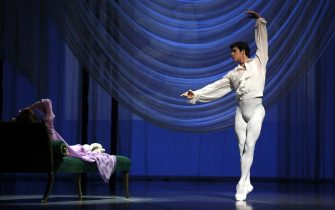 epa03205630 A handout picture released by the Teatro alla Scala shows Italian dancer Roberto Bolle (R) and Ukrainian dancer Svetlana Zakharova (L) performing a scene of 'Marguerite and Armand' at La Scala Theatre in Milan, Italy, 03 May 2012. The ballet production premiered the same day at La Scala.  EPA/TEOTRA ALLA SCALA   EDITORIAL USE ONLY/NO SALES