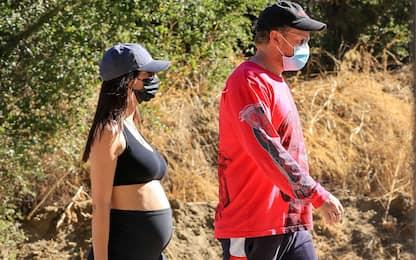 Emily Ratajkowski a passeggio col marito, il pancione cresce