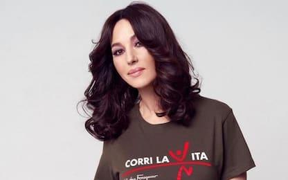 Monica Bellucci indossa una t-shirt Ferragamo per beneficenza