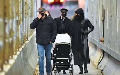 Gigi Hadid, passeggiata a New York con la figlia e la sorella Bella
