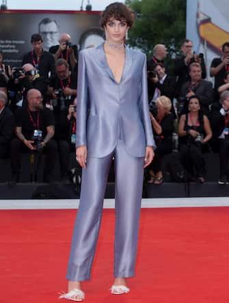 (KIKA) - VENEZIA - Come lasciare senza fiato sul red carpet? La risposta sembra essere ovvia, anche alla Mostra Internazionale d'arte cinematografica di Venezia: con abiti scollati, spacchi inguinali, trasparenze oltre l'ardito, come ha fatto Bella Thorne sul tappeto rosso di Joker. C'è però chi preferisce stupire scegliendo un look più rigoroso e mascolino e osando i pantaloni sulla passerella.LEGGI ANCHE:Venezia 76: scandalo Bella Thorne, sotto il vestito niente!Come Valentina Lodovini, che sul red carpet del Filming Italy Best Movie Award ha optato per un completo pantalone nero con camicia bianca da cui malizioso faceva capolino un reggiseno, anch'esso nero: una riprova che anche l'outfit dandy può essere sensuale, come l'attrice stessa aveva già dimostrato al Festival di Roma nel 2014.LE DANDY SUL RED CARPET DI VENEZIA 76[galleria]Anche Alessandra Mastronardi, madrina del Festival, ha esordito con un completo pantalone bianco firmato Armani per il varo della Mostra e si è ripetuta finora due volte sul tappeto rosso: un rigoroso completo nero firmato Brioni nella serata dedicata al film di Polanski, J'accuse, e una tuta palazzo bianco con cintura nera di Alberta Ferretti sul red carpet di The Laundromat.LEGGI ANCHE:Venezia 76:Filming Italy, Lodovini madrina, Chiatti dorataSensualissime in completo pantalone anche Melissa Satta e Sara Sampaio, in nero, e Matilde Gioli, in bianco Armani. Ecco tutte le star che hanno portato i pantaloni sul red carpet di Venezia 76![video id=200050 title=Giulia_De_Lellis_e_Andrea_Iannone:_red_carpet_al_bacio mp4=https://www.kikapress.com/kikavideo/mp4/kikavideo_200050.mp4 plink=giulia-de-lellis-e-andrea-iannone-red-carpet-al-bacio]