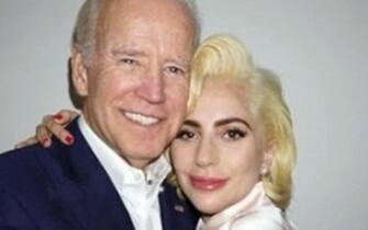 """Lady Gaga e John Legend si esibiranno per Joe Biden e Kamala Harris lunedì per chiudere la campagna elettorale. Biden """"è il presidente di cui il paese ha bisogno per unirsi"""", twitta Lady Gaga postando una sua foto con il candidato democratico. ++TWITTER/LADY GAGA++"""