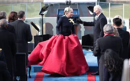 Insediamento Biden, Lady Gaga canta l'inno vestita Schiaparelli