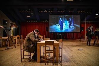 La gente scrive lettere e poesie al Teatro - Evento teatri aperti UNITA al Teatro Franco Parenti - Milano 22 Febbraio 2021  Ansa/Matteo Corner