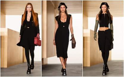 Moda, Versace sfila fuori calendario con Gigi e Bella Hadid. FOTO