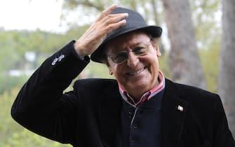 """Renzo Arbore ripreso a Roma 11 aprile 2012, a margine della presentazione di """"DOC"""" , un cofanetto con tre CD e un DVD tratti dalle 400 ore di registrazioni dell'omonimo programma Rai, in onda dal novembre del 1987 alla fine del 1989, che all'accordo tra Sony Music e Rai Eri e' in uscita in questi giorni.      ANSA/MAURIZIO BRAMBATTI"""