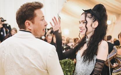 """Grimes, la fidanzata di Elon Musk e le """"cicatrici aliene"""""""