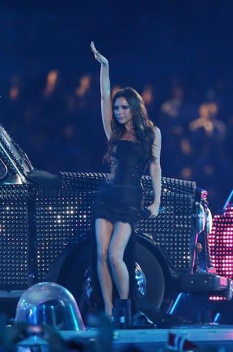 (KIKA) - LONDRA - Londra 2012 ha passato il testimone a Rio de Janeiro. Davanti a un miliardo di spettatori sintonizzati da ogni parte del globo e una cornice emozionante di fuochi d'artificio è avvenuto il passaggio della bandiera a cinque cerchi dal sindaco Boris Johnson al collega brasiliano Eduardo Paes. Al concerto che ha chiuso la kermesse hanno preso parte, oltre alle Spice Girls capitanate da Victoria Beckham, anche Damon Albarn e i suoi Blur.