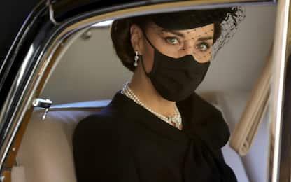 Look nero e perle per l'omaggio di Kate Middleton al principe Filippo
