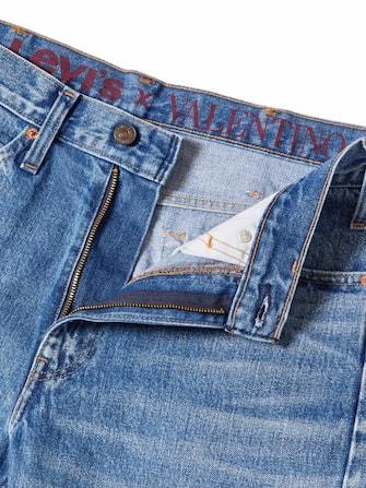 Un'etichetta speciale è stata disegnata per celebrare la collaborazione e l'inizio di una nuova esplorazione nella moda.