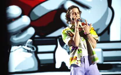 Sangiovanni, insulti omofobi al cantante perché vestito di fucsia