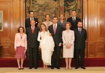 [galleria](KIKA) - MADRID - Chissà quante di voi tengono nell'armadio abiti che da 10 o 15 anni non indossate più perché le vostre misure sono un po'... cambiate! E non vi decidete a disfarvene, un po'per il valore affettivo, un po' per la segreta speranza di poter rientrare in una taglia molto più piccola, un po' per la nostalgia di quando si era più giovani. E poi c'è la regina Letizia di Spagna, perfetta ieri come oggi: sempre in forma perfetta, per lei il tempo sembra essersi ferma tanto che può permettersi, lei sì, di indossare 15 anni dopo lo stesso abito e apparire perfetta.LEGGI ANCHE:Letizia Ortiz, tailleur che vince non si cambia!Per la presentazione della bandiera all'Accademia di Aviazione Coronel Mate, la sovrana ha indossato un robe-manteau in tweed bianco con impunture color tortora. Un capo elegante e raffinato firmato da Varela, uno dei suoi stilisti preferiti, già indossato a uno degli eventi più imporanti: il battesimo della figlia maggiore, Leonor, nel gennaio 2006.LEGGI ANCHE:Piume, spacco, bolero, ballerine: che stile, Letizia di Spagna!La sovrana ha completato il look con una borsa a mano, bicolore bianca e biscotto,di Carolina Herrera e scarpe color biscotto con listini incrociati di Magrit.[video mp4=https://www.kikapress.com/kikavideo/mp4/kikavideo_195392.mp4 id=195392]
