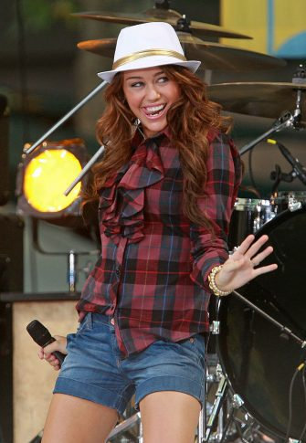 """NEW YORK - JULY 18:  Singer/actress Miley Cyrus performs on ABC's """"Good Morning America"""" on July 18, 2008 at Bryant Park in New York.  (Photo by Stephen Lovekin/Getty Images)"""