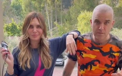 Robbie Williams, la moglie Ayda gli rasa a zero i capelli VIDEO