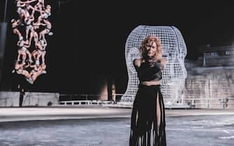 """Una foto di scena della prima delle Baccanti al Teatro Greco di Siracusa, 4 luglio 2021. Siamo tutti Dioniso. """"Todos somos Baco"""". Con uno striscione così va in scena """"Baccanti"""", donne modernissime, ragazze dei nostri giorni, Baccanti """"furere"""" e cioè rappresentate dal regista della Fura dels Baus, il catalano Carlus Padrissa, ieri sera al debutto al Teatro Greco di Siracusa. E siamo tutti Dioniso perché tutti possiamo vantare oppure occultare una parte oscura, inconfessati desideri, lotte di potere, invidie o tendere tranelli agli avversari. ANSA/TEATRO GRECO EDITORIAL USE ONLY NO SALES"""