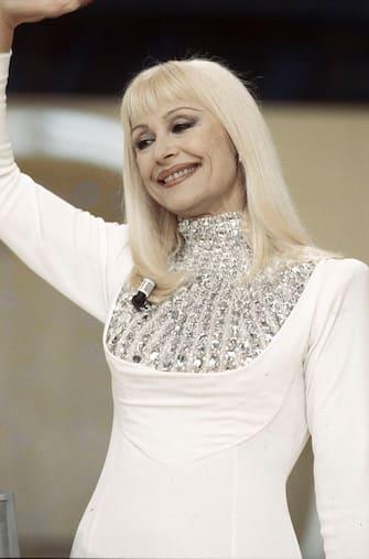 Italian TV presenter, actress, singer and showgirl Raffella Carrà (Raffaella Maria Roberta Pelloni) smiling and greeting in the TV show Carràmba! Che fortuna. Rome, 1998. (Photo by Rino Petrosino/Mondadori via Getty Images)