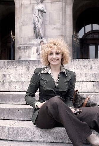 Italian TV presenter, actress, singer and showgirl Raffaella Carrà (Raffaella Maria Roberta Pelloni) sitting on a staircase. London, 1972. (Photo by Egizio Fabbrici/Mondadori via Getty Images)