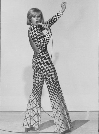 Italian showgirl Raffaella Carrà (Raffaella Maria Roberta Pelloni) performing in the TV variety show Canzonissima. Rome, 1974. (Photo by Mondadori via Getty Images)