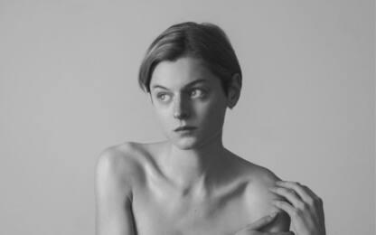 Emma Corrin, la star di The Crown si mostra con un chest binder. FOTO